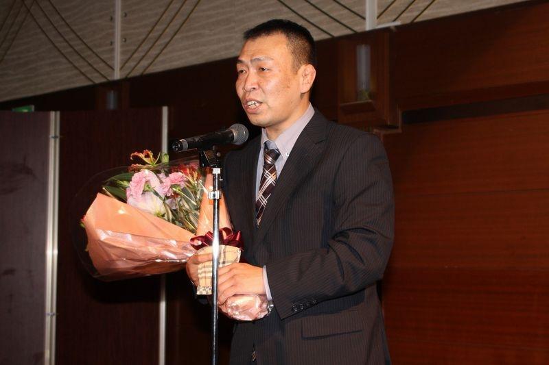 総会後の懇親会では、2期4年にわたり理事長を務めた労をねぎらい、西山理事長に花束が贈られた。