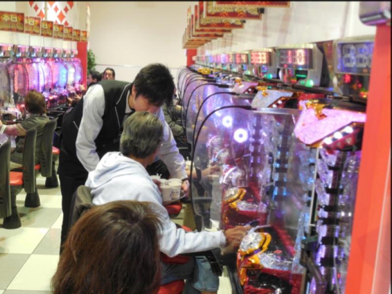 遊技客にスープを提供する《狩場店》スタッフ。