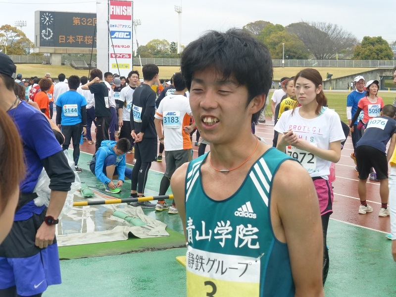 箱根駅伝強豪校の大学生が招待された「23.5㎞大学招待の部」では、青山学院大学の貞永選手が優勝を果たした。