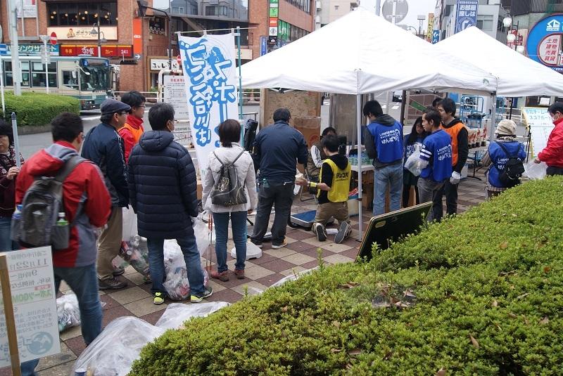 集めたゴミを分別・回収(東村山大会)。