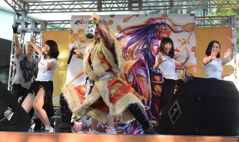 ラストは3アーティストで「よっしゃあ漢唄」を披露。歌詞の「よっしゃあ」の場面では観客を含めた全員で声を上げた。