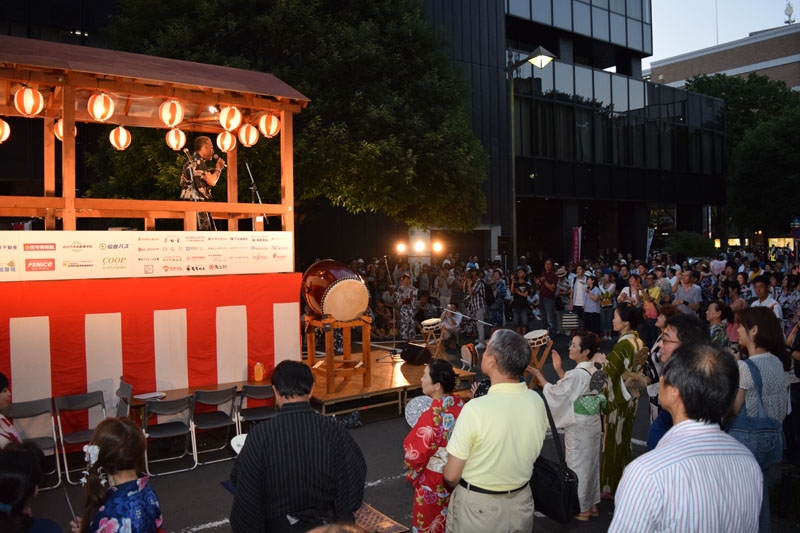 仙台市中心部の勾当台公園敷地内のつなぎ横町に設けられたやぐらの周りには、仙台七夕に集まった大勢の市民が集まった。