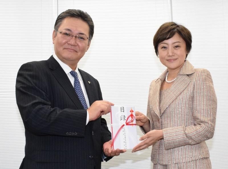 感謝状を授与された大饗理事長と小川代表。