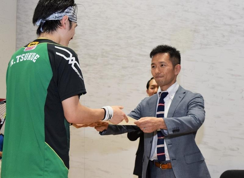保坂取締役は入賞した選手一人ひとりに賞状やトロフィー等を手渡した。
