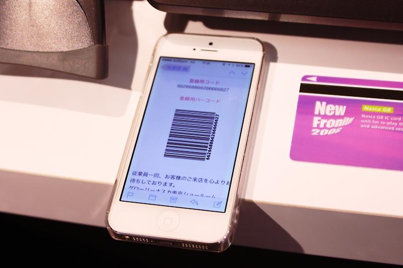 事前にユーザーがスマートフォンに必要な情報を入力。発行されたバーコードを読み込むだけで会員カードが発行できる。