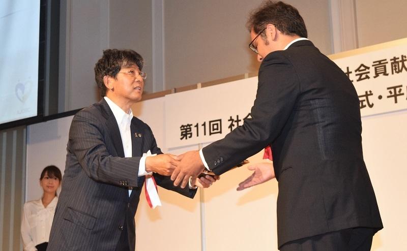 阿部理事長(左)から23団体に対して助成認定証が贈呈された。