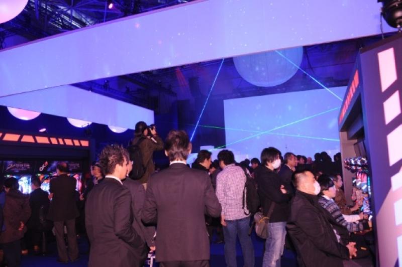 多数が来場した東京ビッグサイトの展示会場。新機種に対する注目度の高さをうかがわせた。