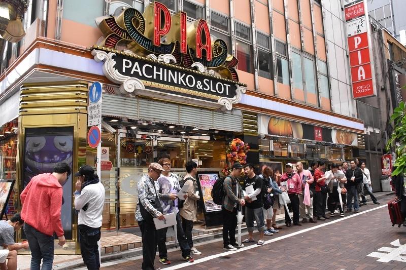 実戦店舗である《PIA上野》で整列して開店待ちをするファン。