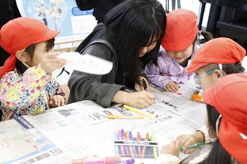 ワークショップには約70名が参加。ランプシェード作成では「楽しいとき」「うれしいとき」をテーマに思い思いの絵や文字を描いた。