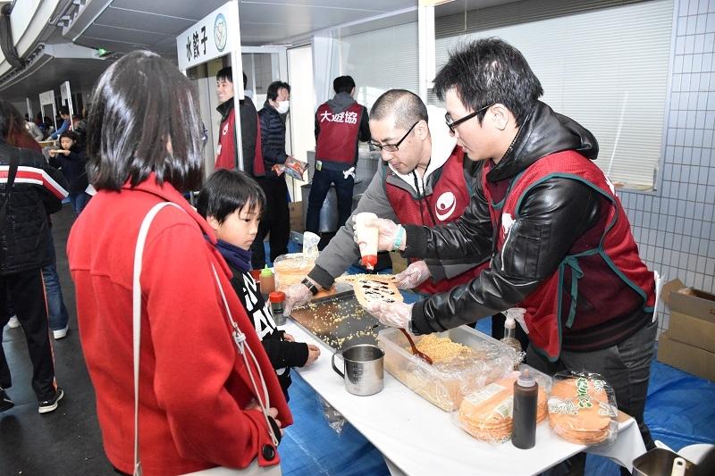 食事コーナーでは自分たちで作れる「たこせん」が子どもたちに人気だった。