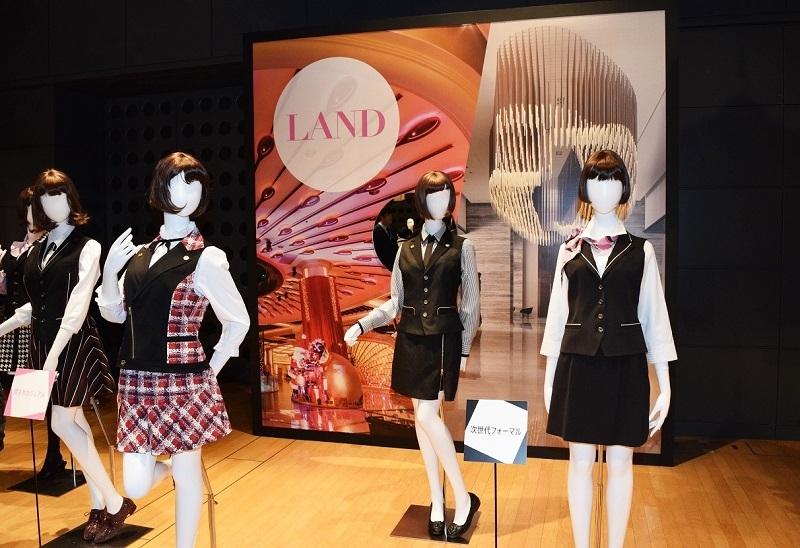 """「LAND」では落ち着いた雰囲気が漂う""""次世代フォーマル""""(写真右側)と華やかさが増す""""可愛さカジュアル""""(写真左側)のユニフォームを展示した。"""