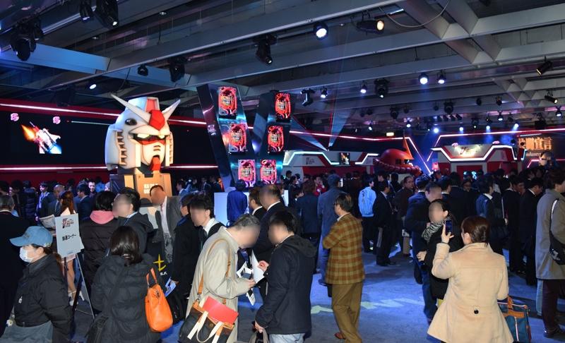 今年初の大型コンテンツ機の発表展示会に、多くのホール関係者等が詰めかけた。