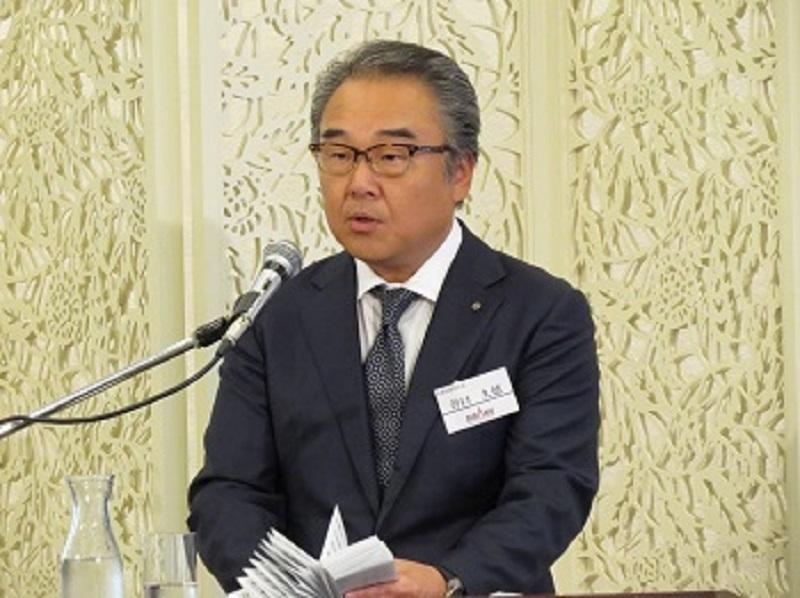 挨拶に登壇した谷口久徳代表取締役社長が来年の新入社員に向け歓迎の言葉を贈った。