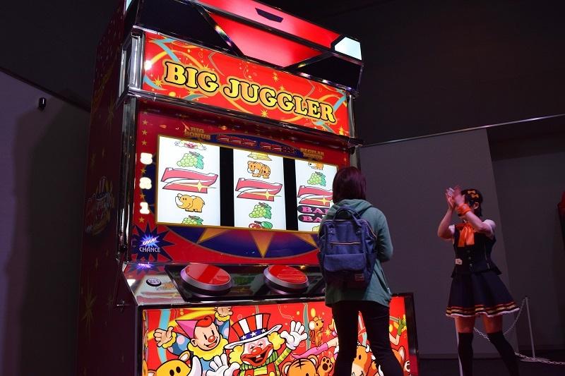会場中の注目の的になった高さ3.6メートルのビッグジャグラー。