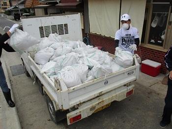 土砂の完全撤去を目指し集めた土砂は、土嚢袋150袋以上にのぼった。