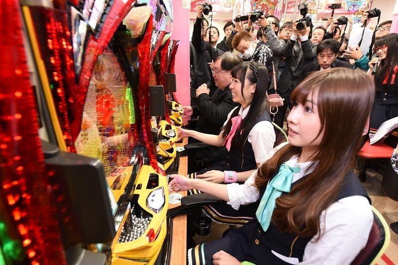 発表会後は同機を使って牧野哲也館長とアイドルグループ「SIR」がパチンコ対決を行った。