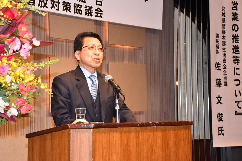 挨拶に登壇した竹田隆理事長。