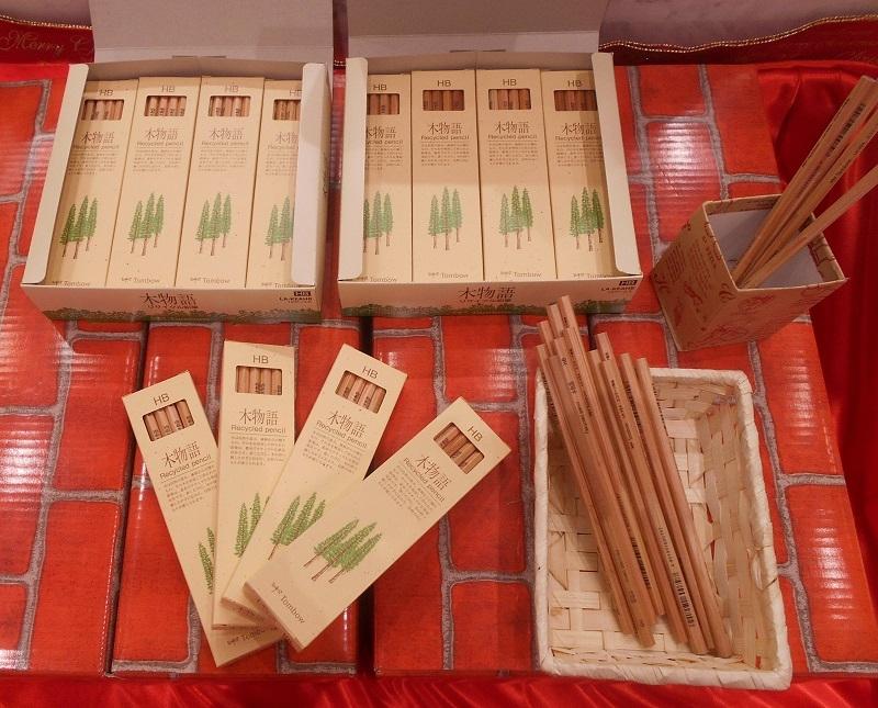勉学に勤しんでほしいとの思いからHBの鉛筆452本と2Bの鉛筆1872本を寄付した。