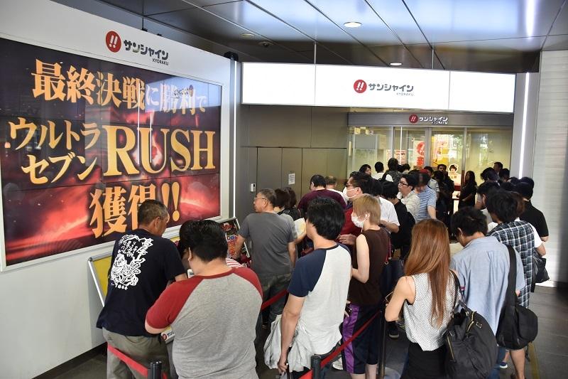 今かいまかと開店を待ちわびるファンの列。