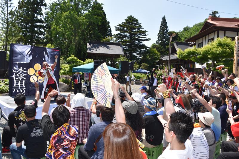 法要後には境内で角田さん、大西さんのライブが行われ、慶次ファンと盛り上がった。