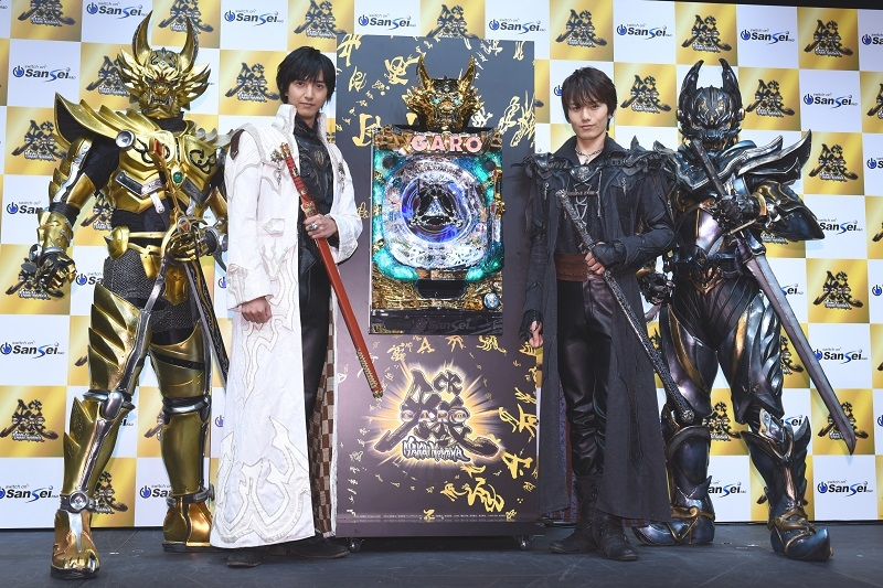 フォトセッションの模様。冴島雷牙役の中山麻聖さん(写真中央左)とクロウ役の水石亜飛夢さん(写真中央右)。