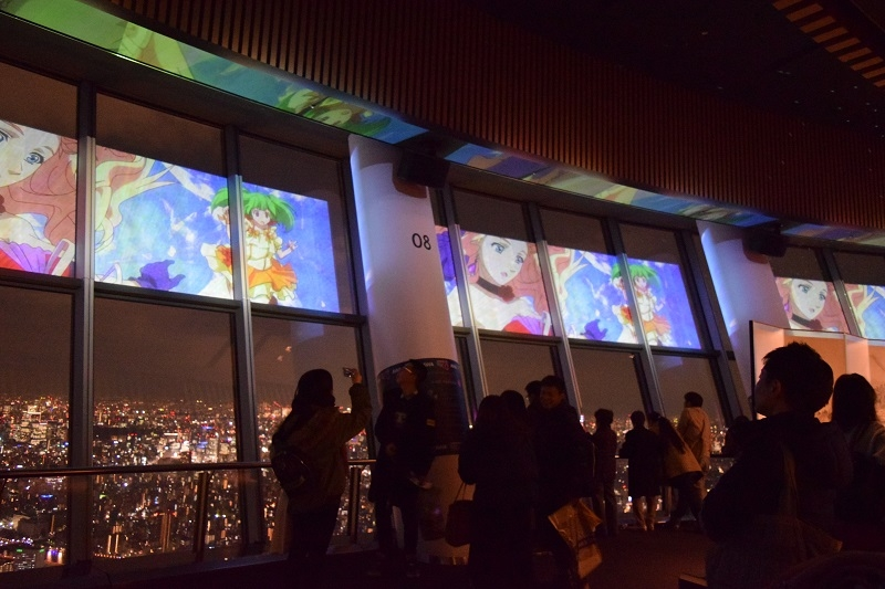 日没後にはここでしか見られないMVなどが天望デッキで上映されている。