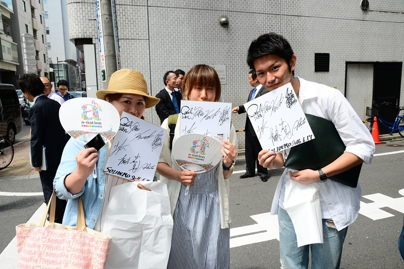 ファンは好きなアーティストと握手会や写真撮影会で触れ合い、更にはサイン色紙をゲットして大満足の様子だった。