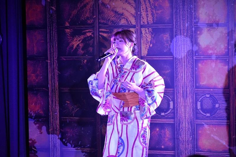 篠崎さんは同機に搭載されている楽曲2曲を熱唱した。