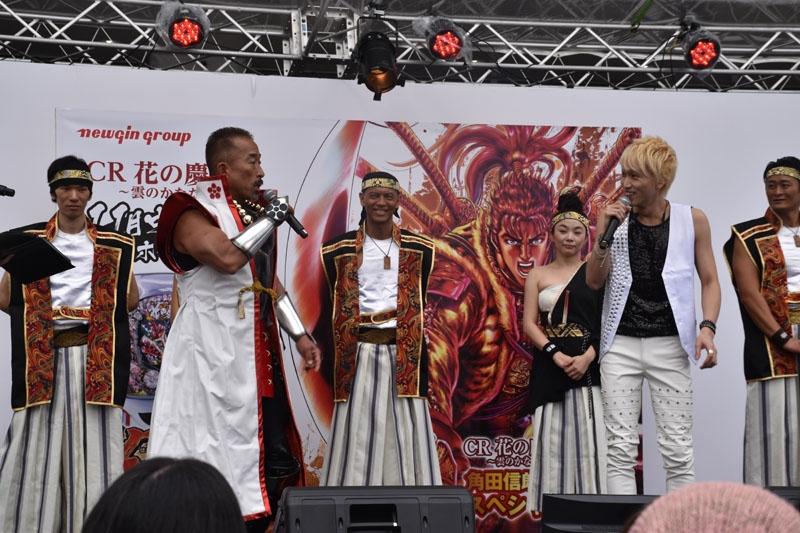角田信朗さん(左から2人目)と大谷洋平さん(右から2人目)が計6曲を熱唱した。