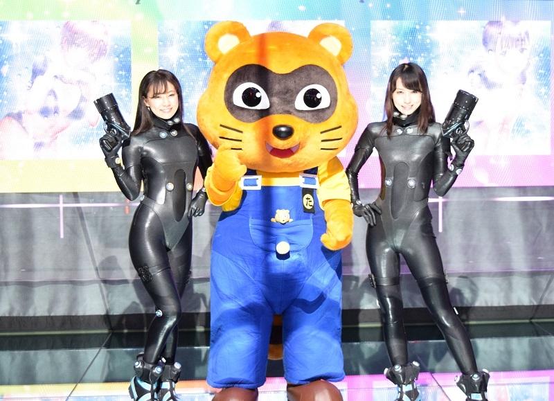 展示会にはガンツスーツに纏ったコンパニオンと、京楽産業.のマスコットキャラクター「たぬ吉」が応援に駆けつけた。