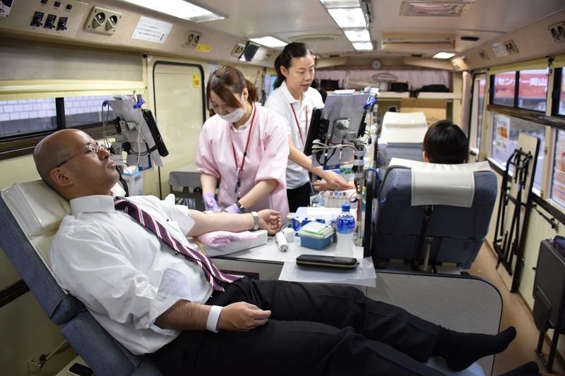 総会前、懇親会前には毎年恒例の献血活動を実施した。