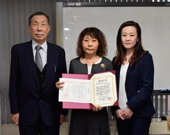 島田療育センターの山川氏(左)、森久保事務次長(右)から「島田療育センターを守る会」の松下代表世話人(中央)に感謝状が贈られた。