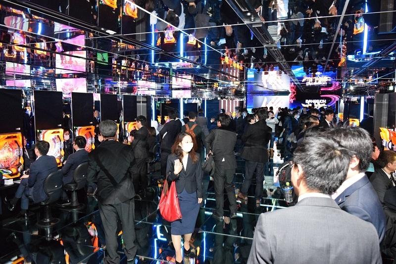 内覧会では多くの業界関係者が集まり、新たなショールームに感嘆の表情を浮かべていた。