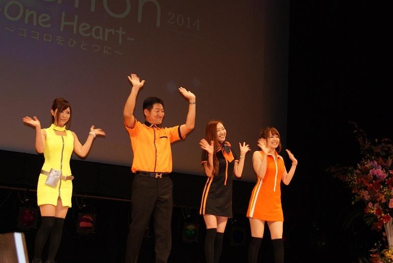 新制服発表では歴代のユニフォームも登場(中央の男女が着用しているのが新制服)。