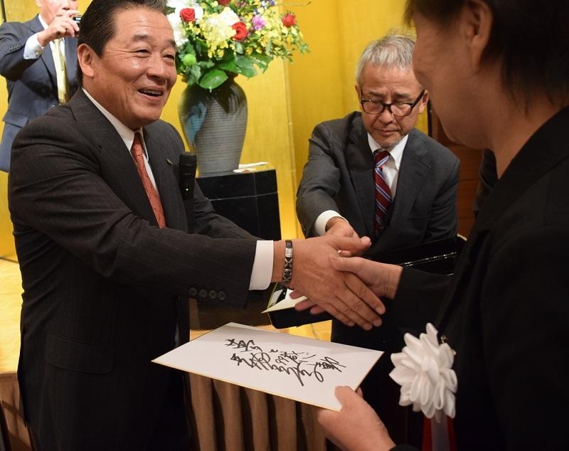 記念講演後には梨田氏のサインボールやサイン色紙が当たる抽選会が行われた(写真左、梨田氏)