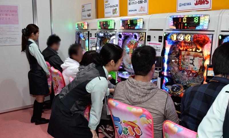 よりホールに近い環境で「ちょいパチ」を遊んでもらった体験コーナー。現役のホールスタッフが運営をサポートした。