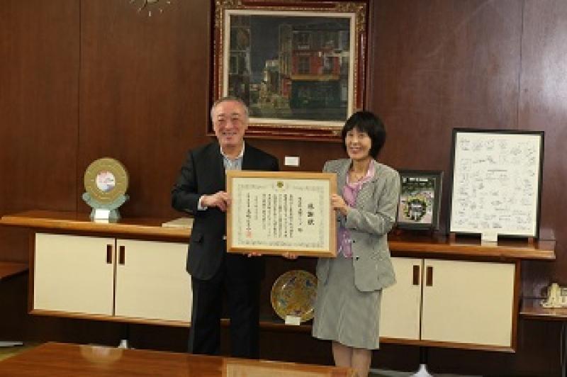 「ほっかいどう未来チャレンジ基金」感謝状贈呈式の模様。東原社長(左)と高橋はるみ北海道知事(右)。