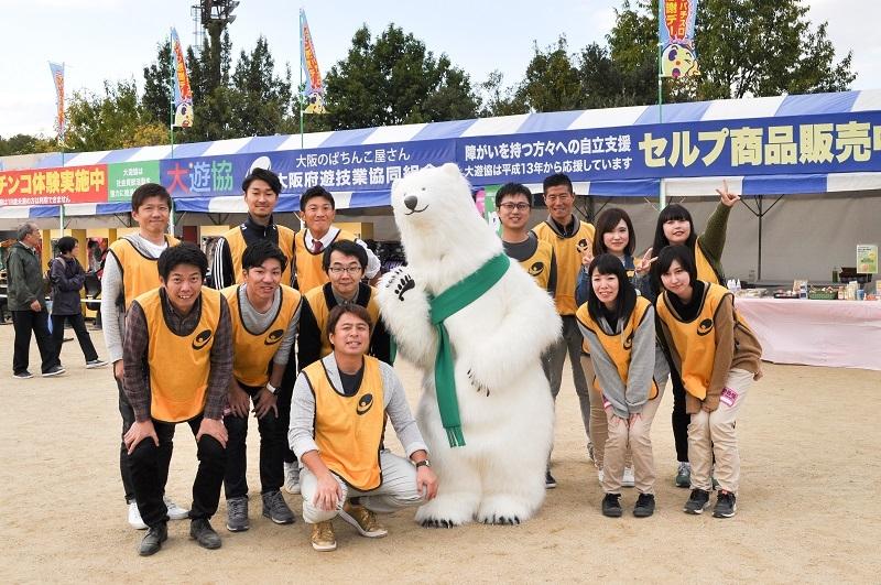 運営をサポートしたメンバーと、大遊協マスコットキャラクター「きょうくん」の集合写真。