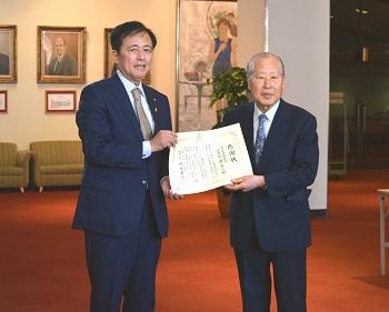 感謝状授受の模様。右が南栄二組合長、左が保坂展人区長。
