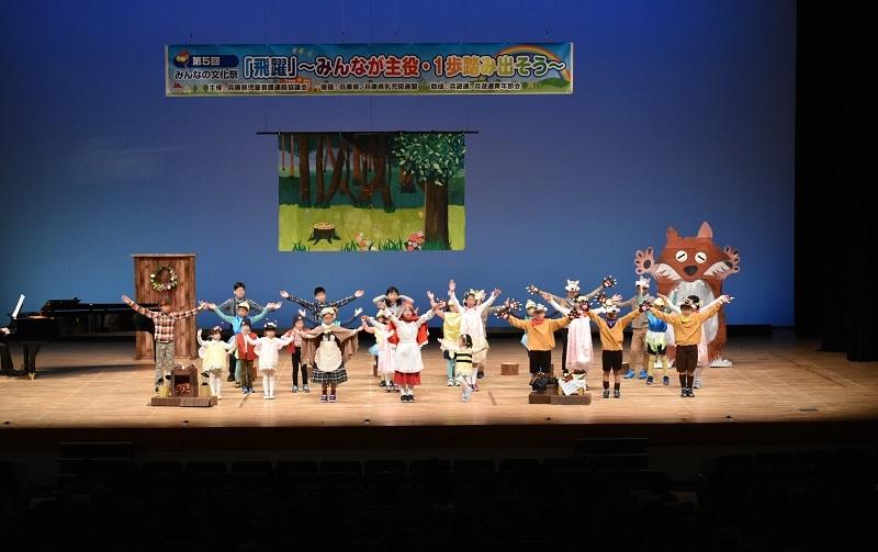 「赤ずきん」の劇では子供たちが練習の成果を披露した。