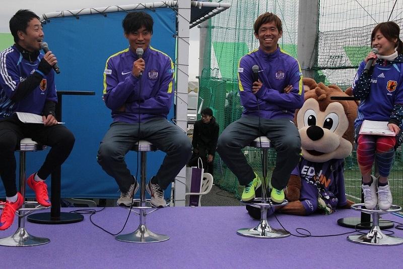 大会ではサンフレッチェ広島の千葉選手(写真中央左)と塩谷選手(写真中央右)によるトークショーなどのイベントも催された。