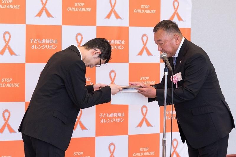 熊谷圭吾さん(左)に、根岸源治委員(右)より表彰盾と記念品が授与された。