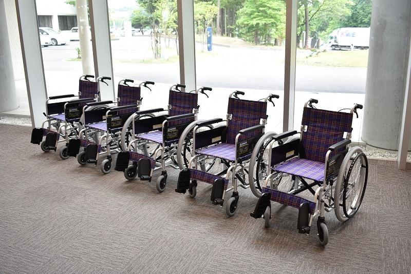 プルタブ・アルミ缶約800万個と交換された車椅子5台。