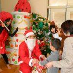 平成観光がクリスマス訪問、子供たちにプレゼント