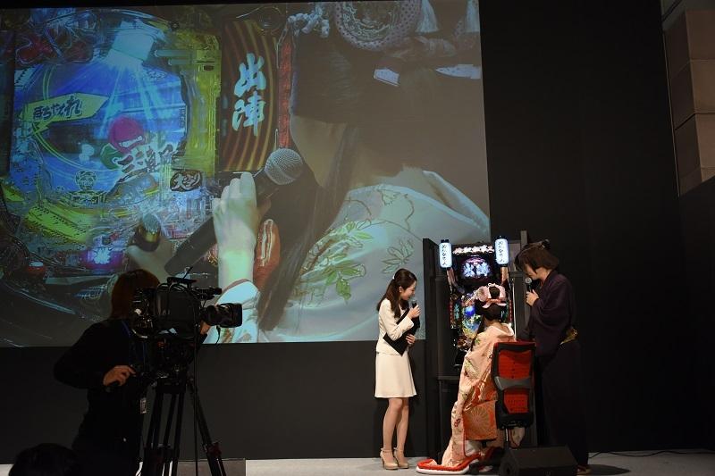 ステージでは鈴木奈々さんが『ぱちんこ 必殺仕事人V』を初体験。感想を聞かれると「迫力がすごすぎて興奮が止まらない」と述べ、会場を沸かせた。