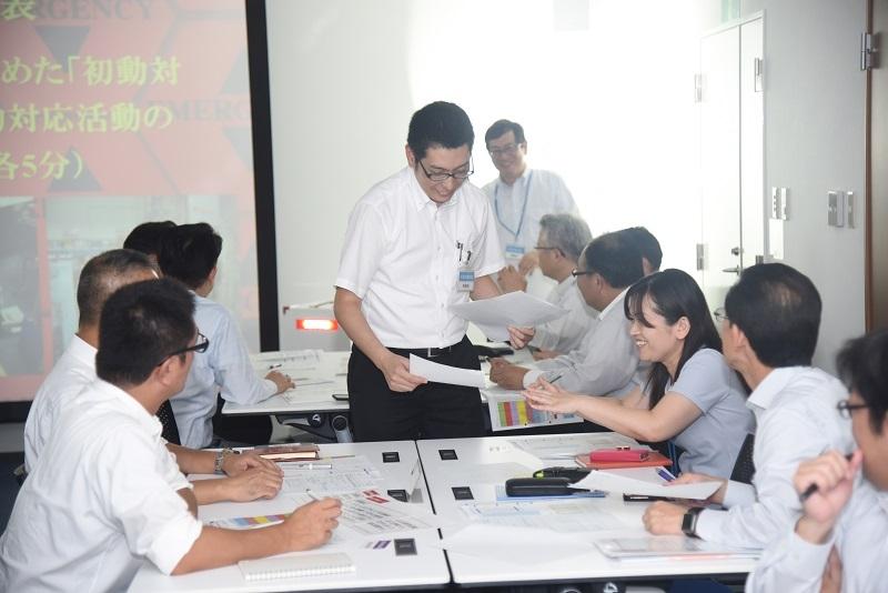 避難訓練後には5つの災害対策班に分かれ、初動対応に関する具体的な内容についてディスカッションが行われた。