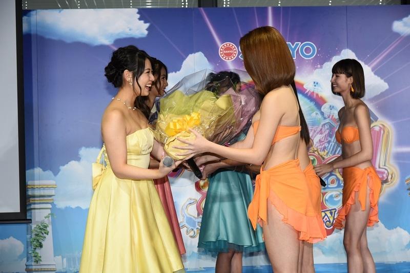卒業式では8代目ミスマリンちゃんから7代目ミスマリンちゃんに花束が贈呈された。