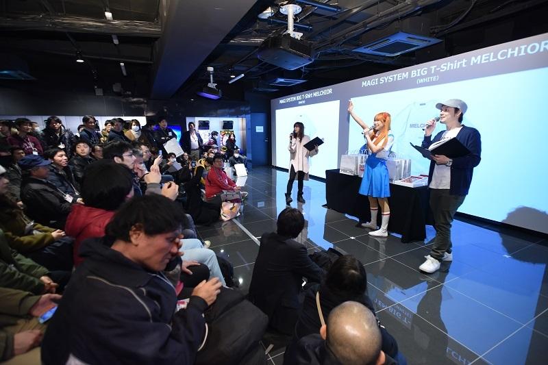 イベント終盤には大抽選会を開催。ヱヴァンゲリヲンがモチーフのバッグやTシャツ、GANTZ:Oのブルーレイ、純金製のオリジナルカードなど豪華賞品が用意された。