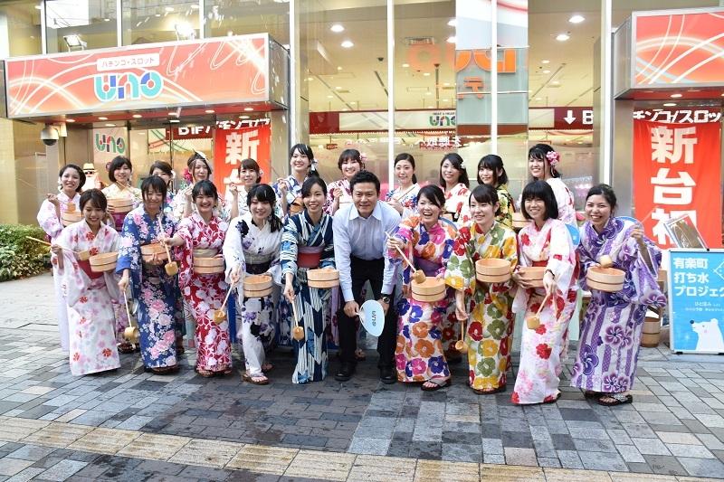 店舗前での集合写真。同社の岸野誠人社長(写真中央)が視察に訪れた。