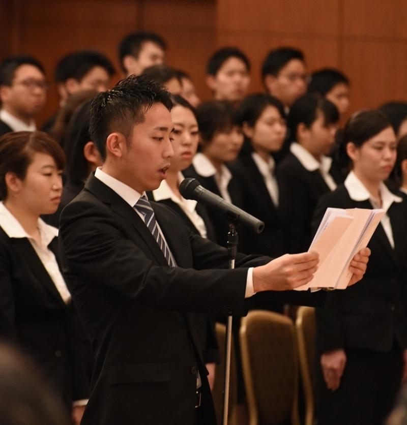 新入社員を代表して決意表明を行う渡辺昇平さん。